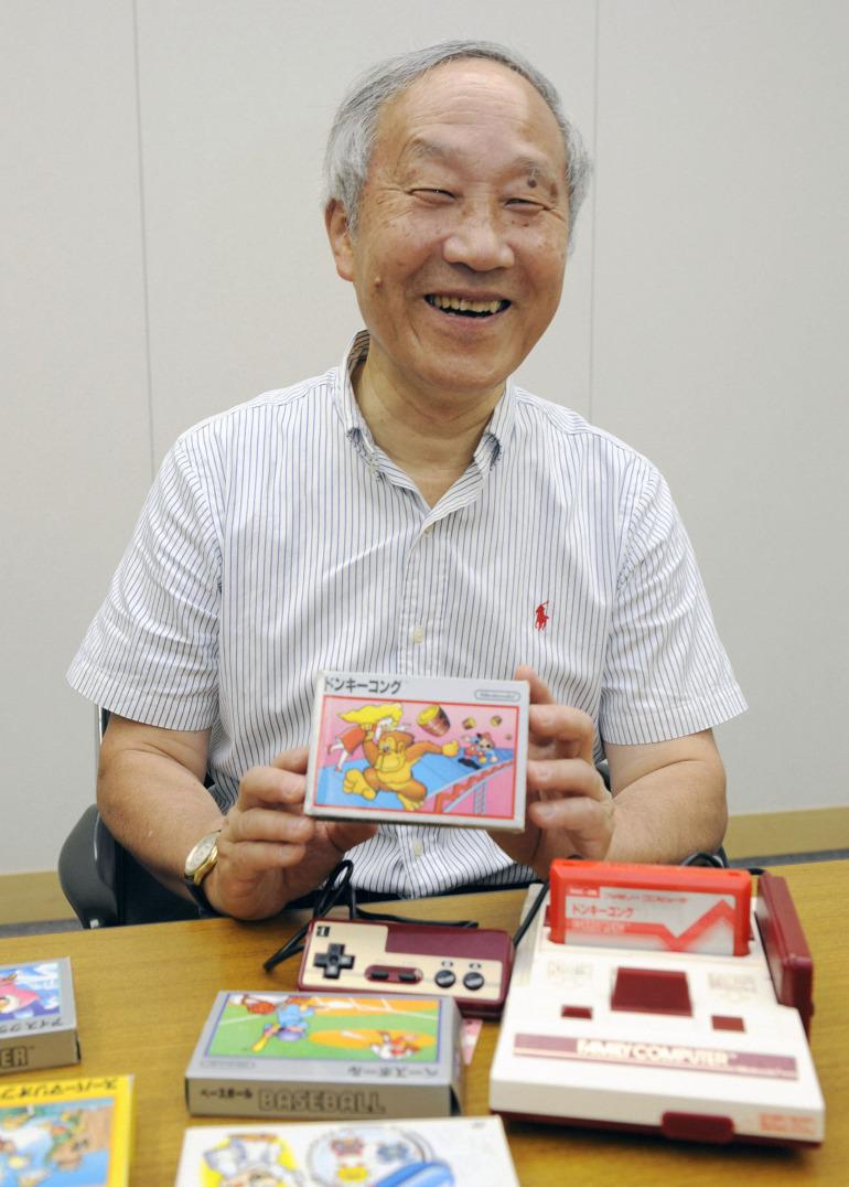 Masayuki Uemura posa junto a la Famicon en esta fotografía de 2013. Foto: Kyodo News (Getty Images)