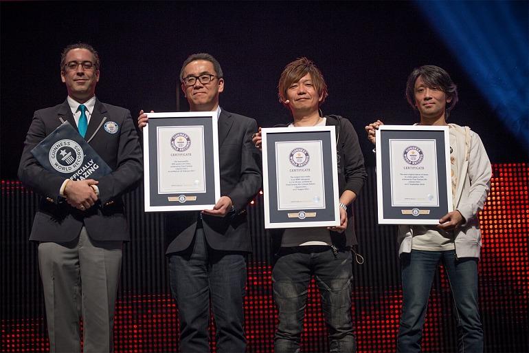 Naoki Yoshida (Productor y Director) y Masayoshi Soken (Director de Sonido y Compositor) y Yosuke Matsuda (Presidente y CEO de SQUARE ENIX CO., LTD.) en el Fan Festiva de Frankfurt, recogiendo el premio Guinness World Records a la serie de videojuegos de rol más prolífica en representación de Square Enix.