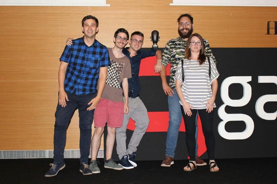 El equipo de Panda Studio al completo posando con la Pulga conseguida en el Gamelab. The Librarian ha sido su presentación en la industria del videojuego patria.