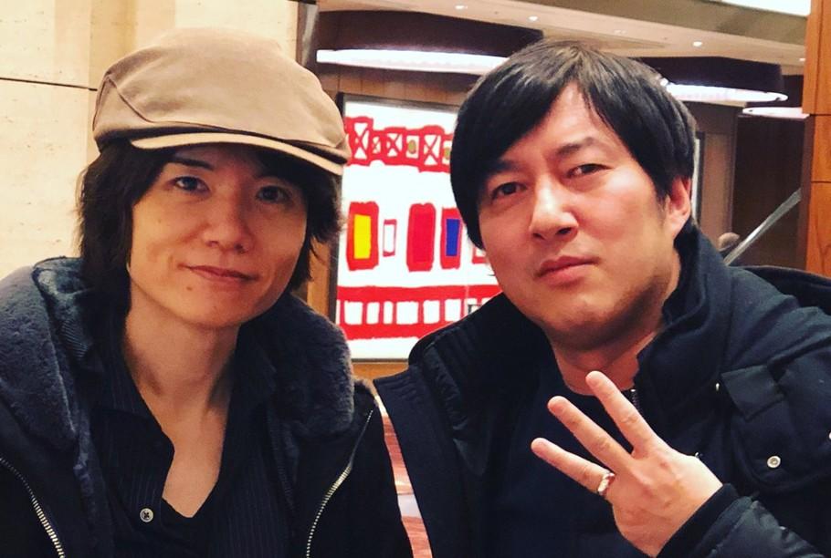 Es fácil ver a Suda 51 hacerse fotos con otros creadores, en este caso Masahiro Sakurai, responsable de la saga Smash Bros.