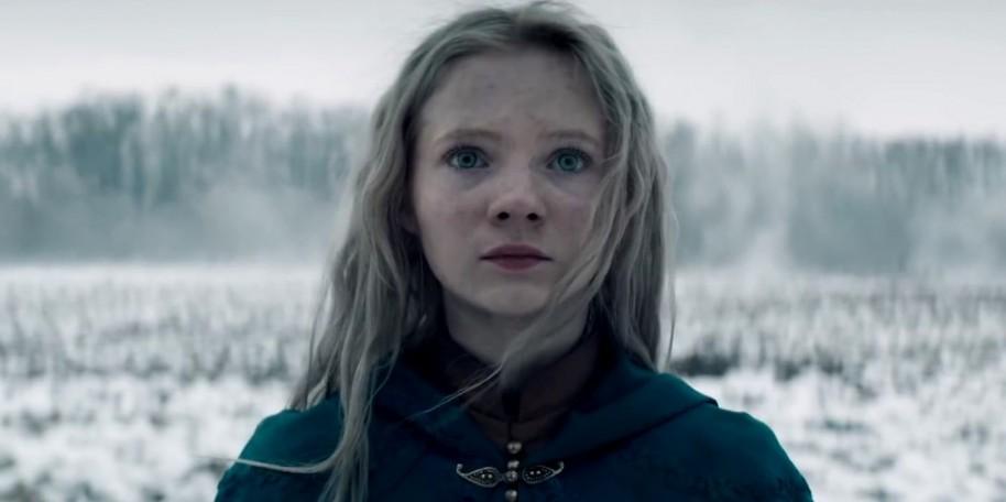 Freya Allan logra transmitir bien el personaje de la leoncilla de Cintra, tanto físicamente como esa mezcla de niña indefensa, con un gran poder en su interior.