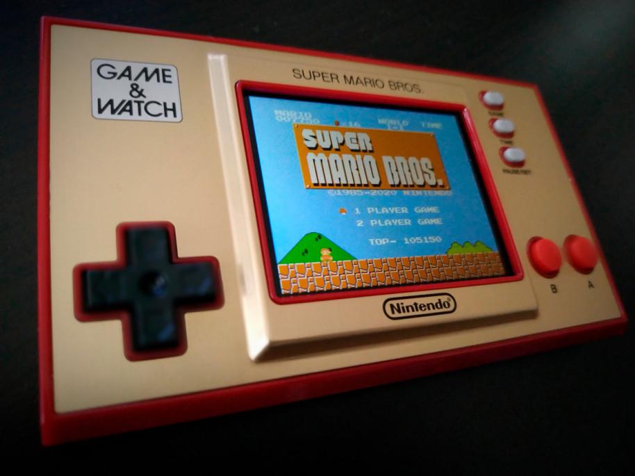 Game & Watch: Super Mario Bros., es una buena manera de rememorar el clásico. Nintendo ha mantenido la rom original, con su clásico esquema de color. Un artículo para coleccionistas que incluye el no tan popular SMB: The Lost Levels, que por cierto fue la secuela oficial en Japón. Más difícil, es una de esas joyas ocultas que merece la pena descubrir.