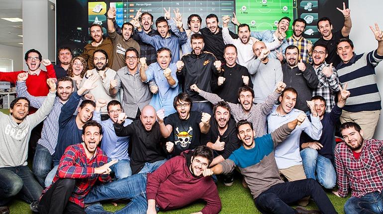 El equipo de Kerad Games al completo, junto a Gerard Piqué.