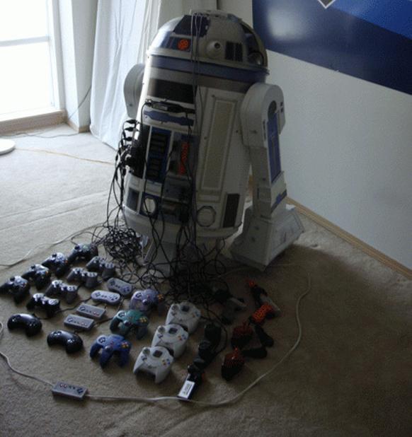 Un aficionado crea un R2D2 que contiene 8 consolas clásicas y un proyector
